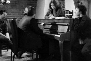 På biletet: Kremen av europeiske musikarar kosar seg ved pianoet på Jetta under Nachsprellet på Dovrejul i 2014: Vilde Frang, Nicolas Altstaedt og Christian Ihle Hadland. Lokal beundrar: Jostein Einbu Wigenstad.